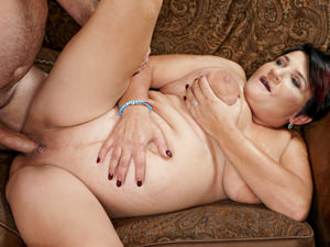 LustyGrandmas - Dolly Bee,Leslie Taylor - Dollys New Neighbor